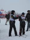 Лазутина помогает участнику соревнований